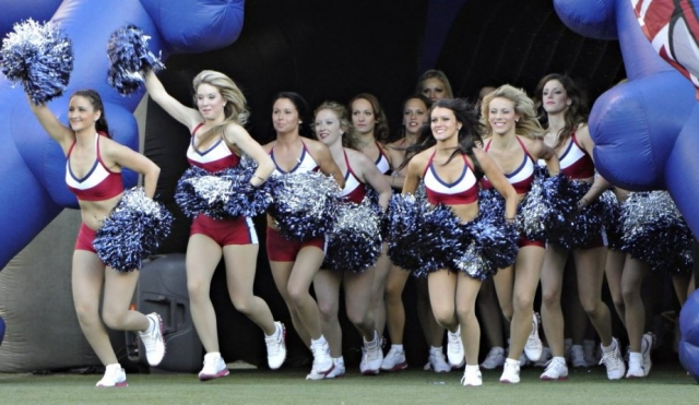 511879-entree-meneuses-claques-cheerleaders-alouettes
